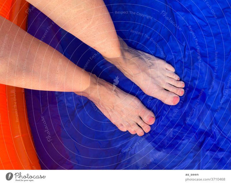 Erfrischung Pool Planschbecken Füße lackierte Nägel Wasser kalt blau Sommer nass Schwimmen & Baden Schwimmbad Farbfoto Außenaufnahme Ferien & Urlaub & Reisen