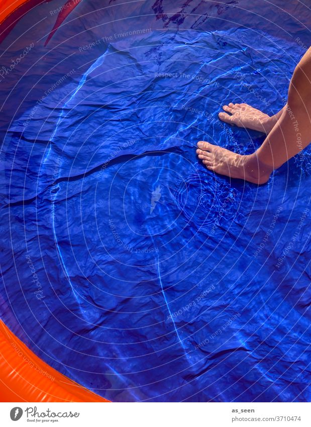 Erfrischung im Pool Planschbecken Füße Wasser kalt blau Sommer nass Schwimmen & Baden Schwimmbad Farbfoto Außenaufnahme Ferien & Urlaub & Reisen Erholung Mensch