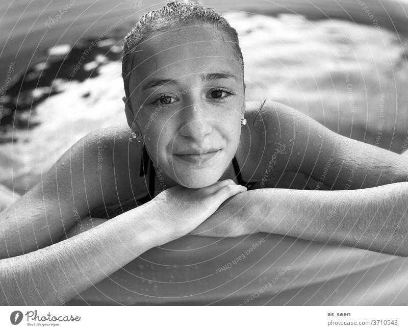 Im Pool Mädchen Teenager Jugendliche Gesicht Haare & Frisuren Porträt Junge Frau jung Mund schön Wasser Auge Blick Wellness Schwimmbad Schwarzweißfoto