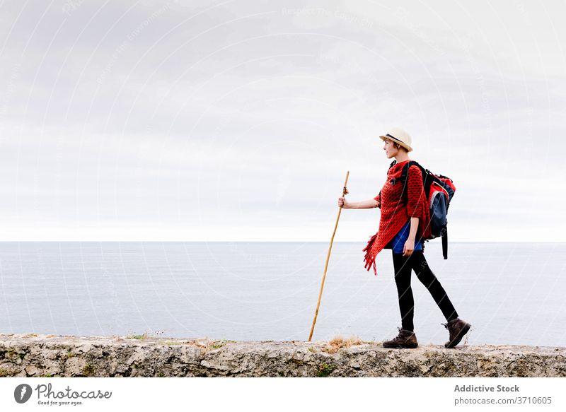 Glücklicher Reisender mit Trekkingstock genießt die Freiheit Wanderer Backpacker Frau genießen kleben Pilgerfahrt Natur Aktivität Wanderung camino de santiago
