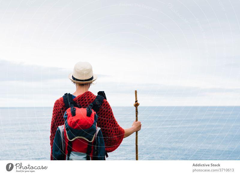 Anonymer Reisender mit Trekkingstock genießt die Freiheit Wanderer Backpacker Frau Glück genießen kleben Pilgerfahrt Natur Aktivität Wanderung