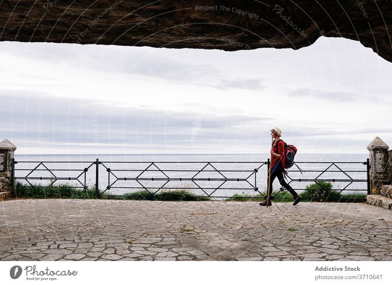 Weiblicher Wanderer, der auf dem Meeresufer läuft Frau Pilgerfahrt Wanderung camino de santiago Rucksack reisen Spanien Aktivität Seeküste MEER Weg Asturien
