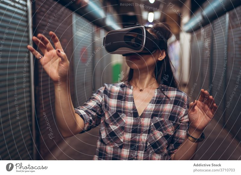 Frau in Brille der virtuellen Realität in der Stadt VR Erfahrung Grunge unterirdisch berühren Technik & Technologie Schutzbrille Virtuelle Realität benutzend