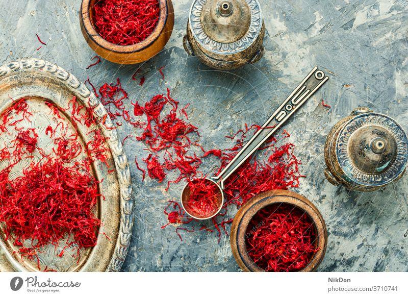 Haufen Safrangewürz Krokusse Bestandteil Gewürz Lebensmittel Gesundheit Kraut rot Blume Kräuterbuch duftig Safran-Krokus Heilung aromatisch Küche Geschmack