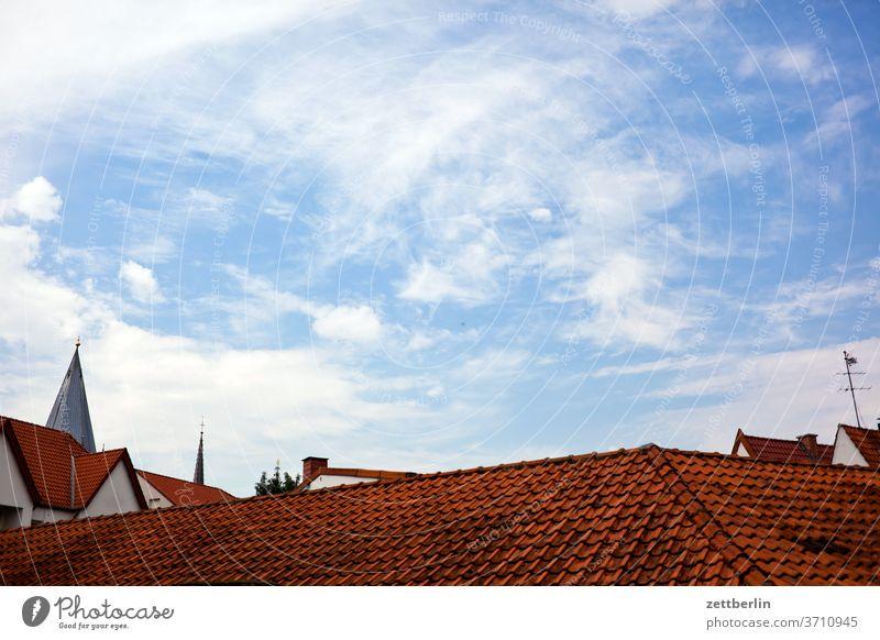 Dächer einer Kleinstadt alt dach wolken dachziegel kirchturm ziegeldach dachsteine giebel altstadt antik architektur himmel fachwerk fachwerkhaus geschichte