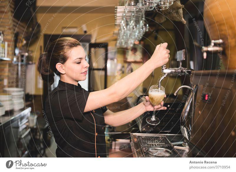 Kellnerin zapft Zapfhahn-Bier in einer Bar Pub Frau Gewindebohren 30-35 Jahre Erwachsene Alkohol Andalusia Barkeeper Glas Kaukasier Farbe Bild Gerichte trinken