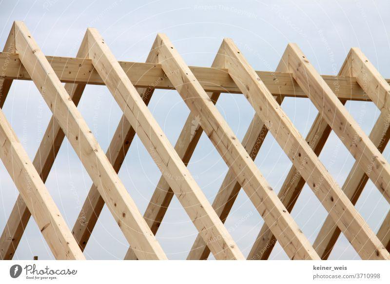 Dachstuhl aus Holz im Rohbau dachstuhl Haus bauen Handwerk holzbau hausbau rohbau dach decken neubau bauwirtschaft aufschwung finanzierung Arbeitsplatz bedacht