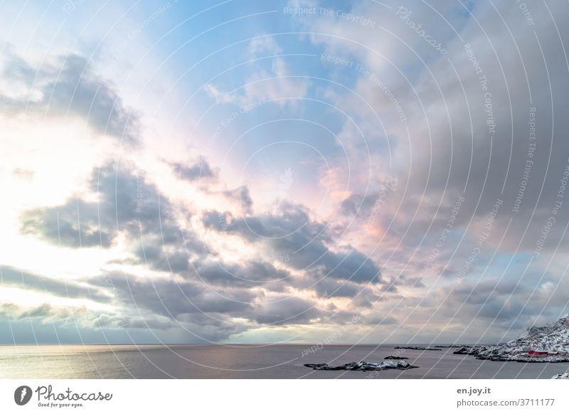 vom Sonnenaufgang angestrahlte Wolken über Reine auf den Lofoten Norwegen Insel Meer Himmel Weitwinkel Horizont Felsen Wasser Luft Winter Urlaub Reise Norden
