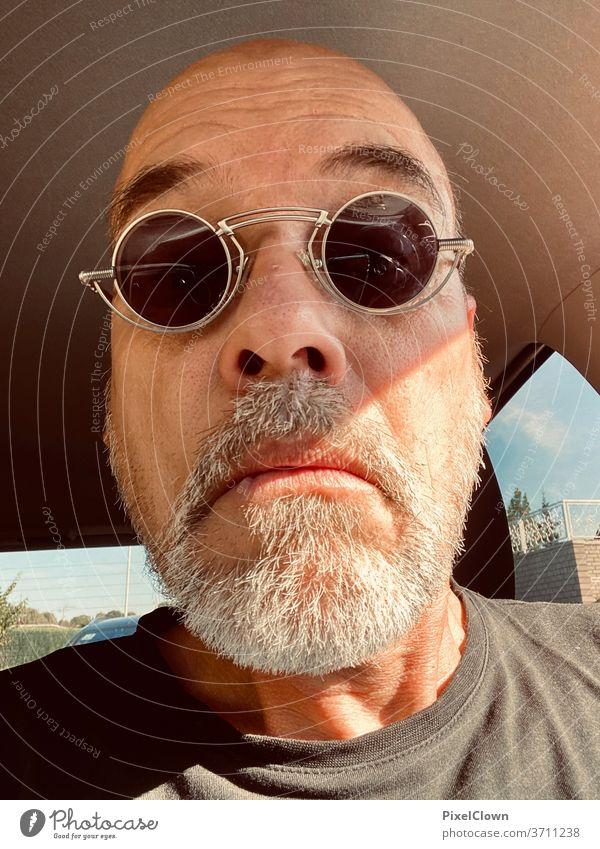 """Mann mit Sonnenbrille Ein Mann allein Erwachsene Porträt Gesicht Bart portrait"""" Kopf Männergesicht"""