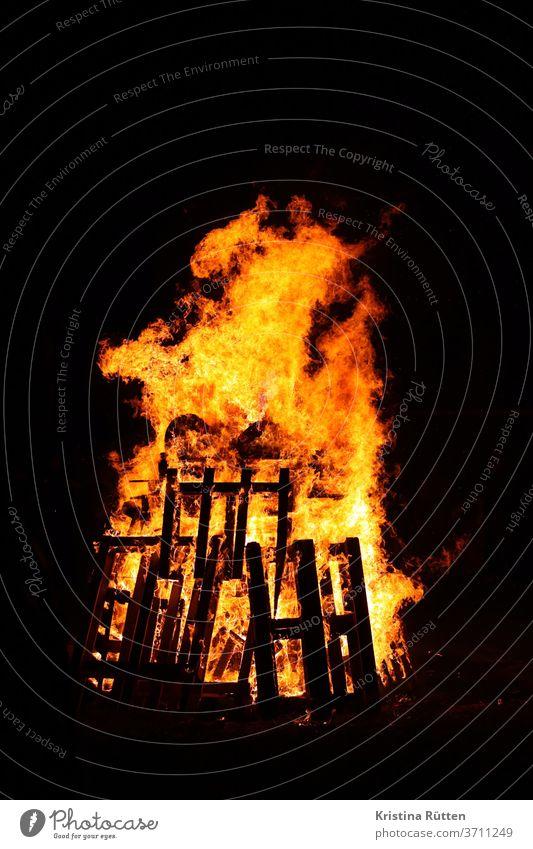 brauchtumsfeuer flammen lagerfeuer maifeuer osterfeuer martinsfeuer freudenfeuer festfeuer beltanefeuer brand brennen heiß glut glühen verkohlen verbrennen