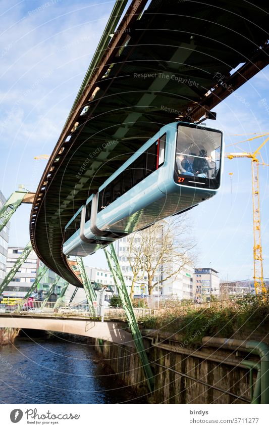 Wuppertaler Schwebebahn  , Einschienenhängebahn über der Wupper. Einschienenhängebahn, wupper Fluss ÖPNV Wasser Bahnverkehr außergewöhnlich historisch Stadt