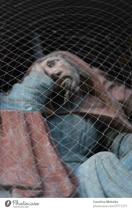 Jesusfigur hinter einem Gitterzaun Renovation Skulptur Christentum Kirche Zaun Religion & Glaube Katholizismus Jesus Christus Gott Gebet heilig katholisch
