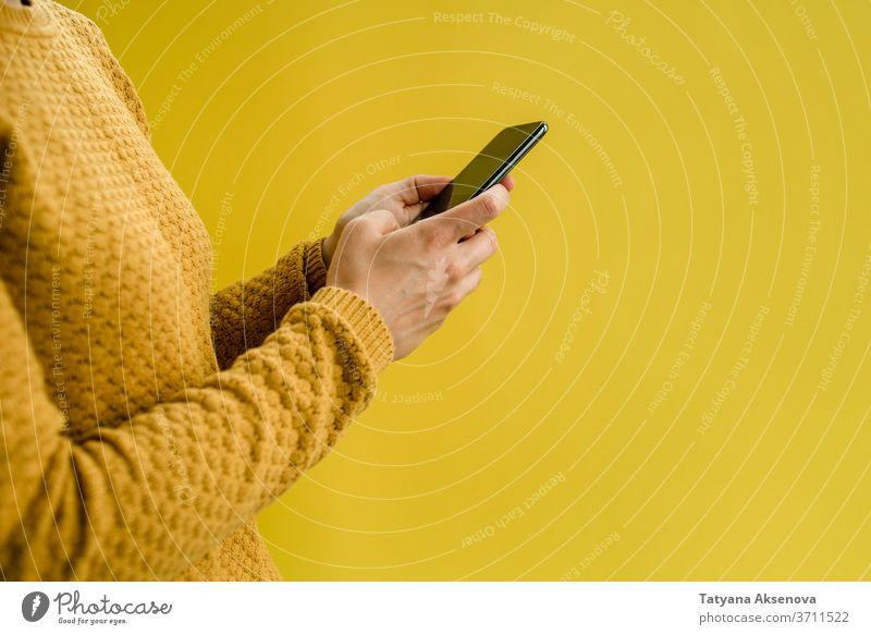 Frau im gelben Pullover mit Smartphone online Telefon benutzend Sucht Internet Texten Surfen Bildschirm Mobile Technik & Technologie lesen Menschen Mitteilung