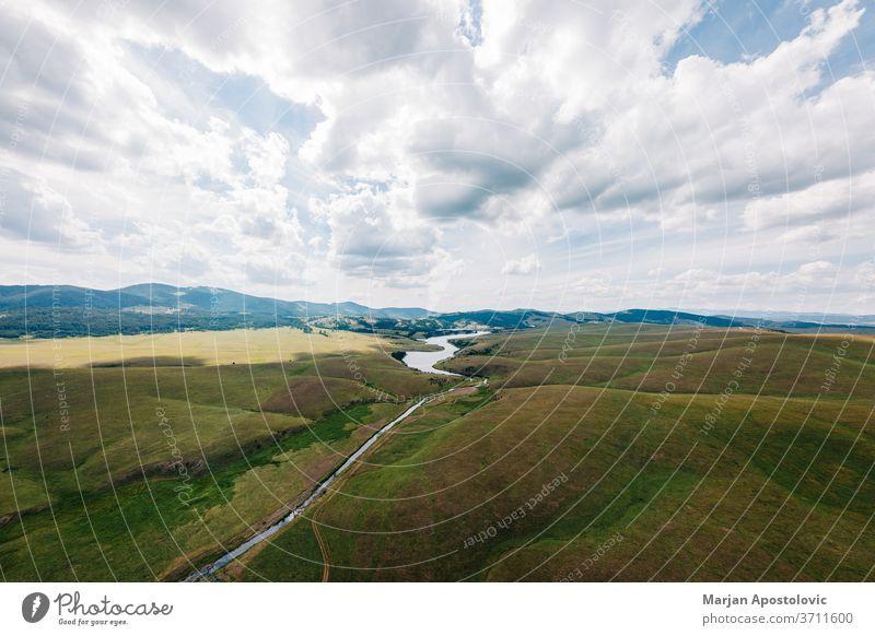 Luftaufnahme eines Ribnicko-Sees in Zlatibor, Serbien oben Antenne Hintergrund schön Cloud Wolken Land Landschaft Tag Umwelt Europa Feld fliegen Gras grün hoch