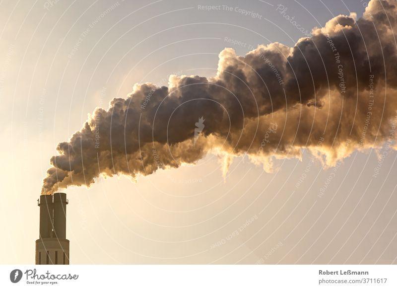 viel Rauch tritt aus dem Schornstein aus und verschmutzt die Umwelt Qualm Umweltverschmutzung Luftverschmutzung Klimawandel Industrie Verschmutzung
