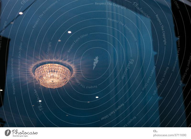 alle lampen an Lampe Licht Deckenlampe Fenster Reflexion & Spiegelung Fensterscheibe Gardine privat Beleuchtung Raum Wohnzimmer Lichterscheinung Lampenlicht