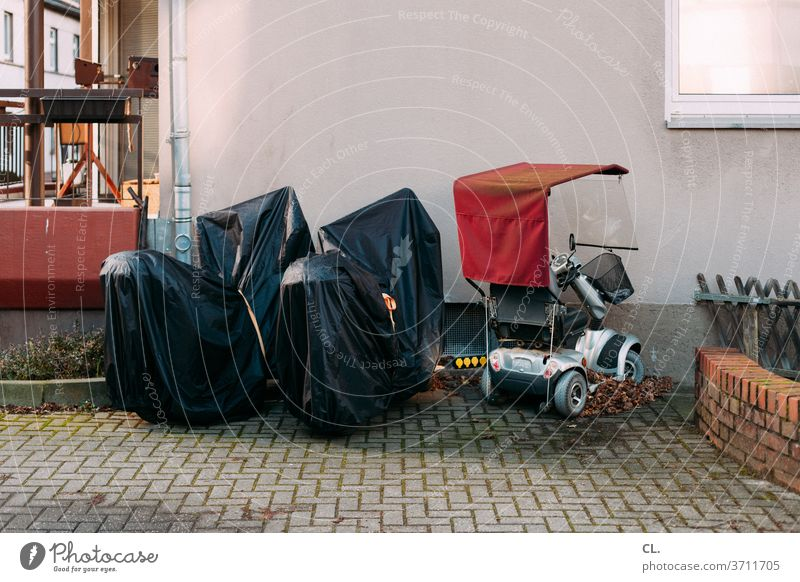 park + ride Alter Verkehr Mobilität elektromobil Verkehrsmittel elektromobilität parken Ruhestand seniorenmobil Stillstand Motorrad Parkplatz Pause