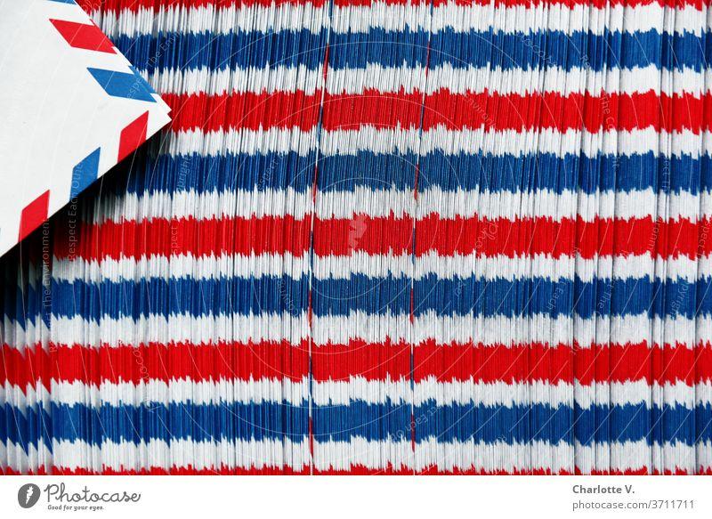 Luftpostumschlagspielerei | Rot-weiß-blaue Querstreifen Strukturen & Formen Dinge Streifen rot abstrakt Muster Farbfoto Nahaufnahme Design mehrfarbig Linie