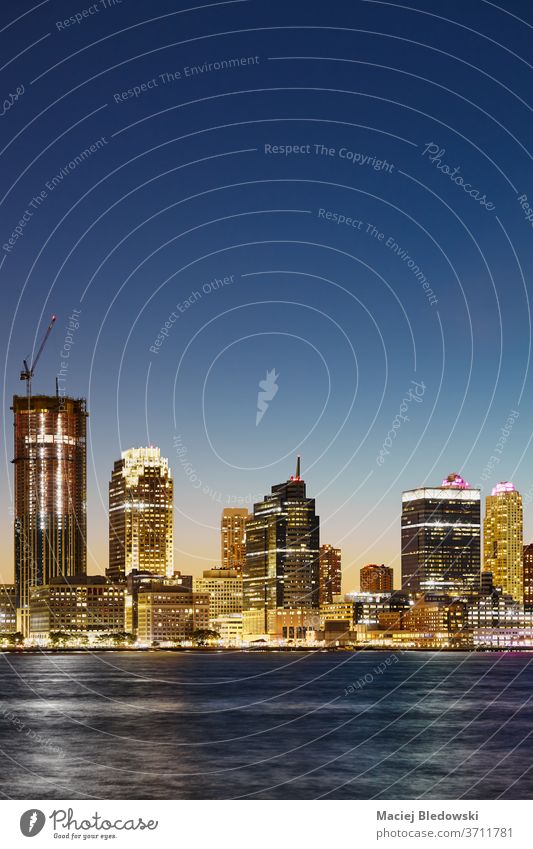 Flussufer von Jersey City in der Abenddämmerung, USA. Großstadt Nacht Trikot New Jersey uns urban Skyline reisen Wolkenkratzer Architektur malerisch Landschaft