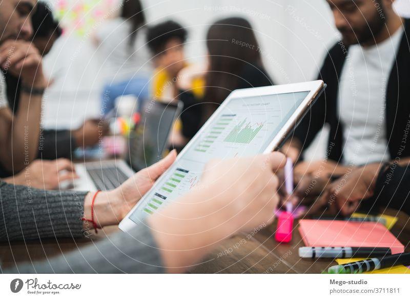 Geschäftsmann, der an einem digitalen Tablet arbeitet. Touchpad Technik & Technologie Tablette Business Information Anzeige berühren Person Idee Schriftstück