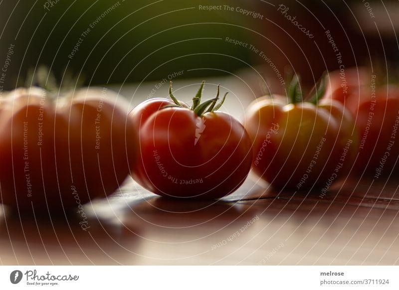 Tomatenernte in Reih und Glied Tisch Reihe Lebensmittel geschmackvoll rot frisch Gesundheit Ernährung Gemüse Nahaufnahme lecker Vegetarische Ernährung