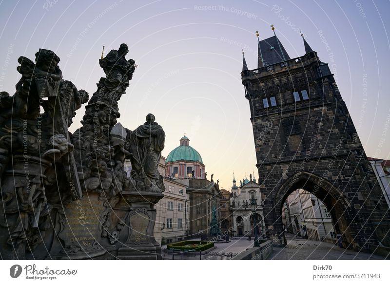 Blick von der Karlsbrücke in Richtung Prager Altstadt am Morgen Brücke Statue Skulptur König Kaiser Möwe Lachmöwe Kopfbedeckung Kirche Schwache Tiefenschärfe