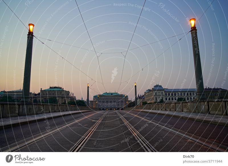 Manes-Brücke in Prag bei Sonnenaufgang Perspektive Laterne Straßenlaterne Tschechien tschechisch Altstadt Morgen Morgendämmerung morgenlicht Außenaufnahme Stadt