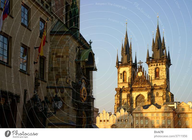 Prager Teynkirche und Uhr des Altstädter Rathaus im Abendlicht Altstädter Ring Sehenswürdigkeit Tschechien tschechisch UNESCO UNESCO-Weltkulturerbe Altstadt
