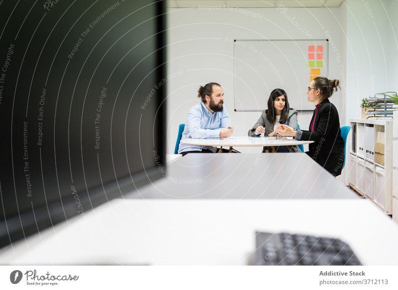 Gruppe von Mitarbeitern mit Treffen in modernen Büro Kollege Sitzung Business Team Menschengruppe zur Kenntnis nehmen Arbeitsplatz Mitarbeiterin beschäftigt