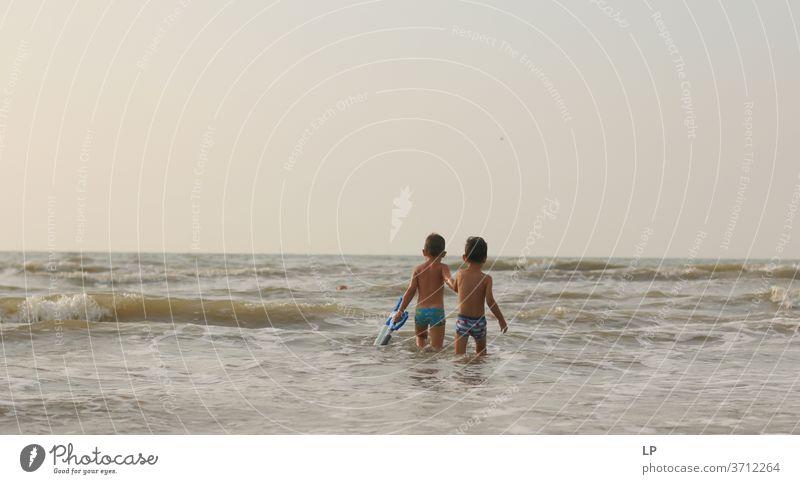 Freunde, die sich beim Gehen im Wasser an den Händen halten Freundlichkeit Freundschaft Zusammensein Zusammengehörigkeitsgefühl Geschwister Anschluss Führung