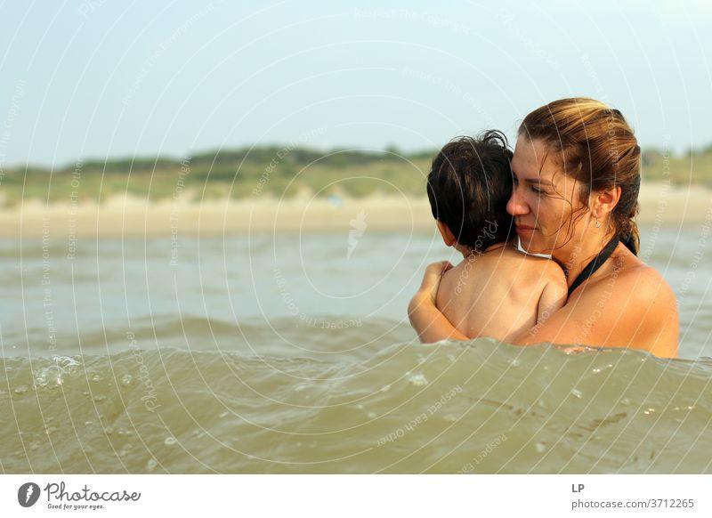 Mutter, die ihr Kind im Wasser hält Familie & Verwandtschaft Symbole & Metaphern Liebe Mutterschaft Elternschaft wirklich reales Leben Mutterliebe Ruhe Unschuld