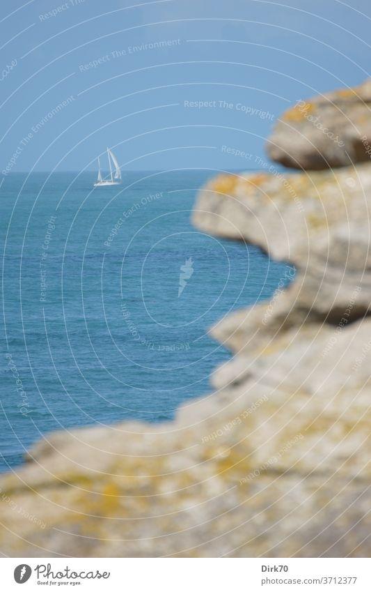 Segelboot in der Bretagne Segeln Wasser Wasserfahrzeug Meer Himmel See Schifffahrt Sommer Ferien & Urlaub & Reisen Wassersport Jacht Farbfoto Horizont Erholung