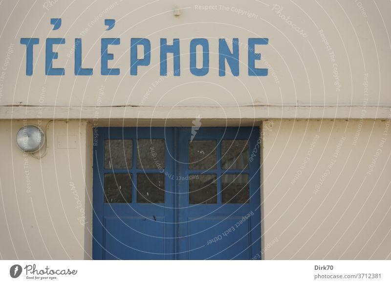 Öffentliches Telefon in der Bretagne Kommunikation Telefonzelle öffentliches telefon Tür Lampe Fassade Gebäude Haus Schrift Telekommunikation Farbfoto