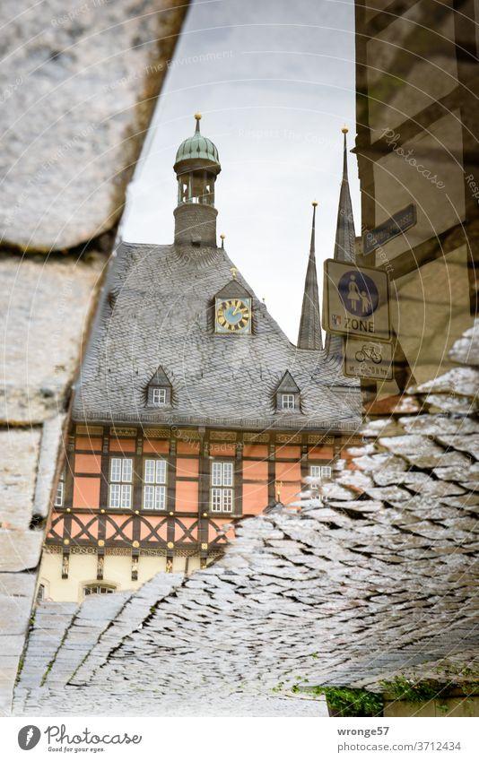 Spiegelung des Wernigeröder Rathauses in einer Regenpfütze Spiegelbild Pfütze Kopfsteinpflaster Regennass Reflexion & Spiegelung Wasser Außenaufnahme Farbfoto