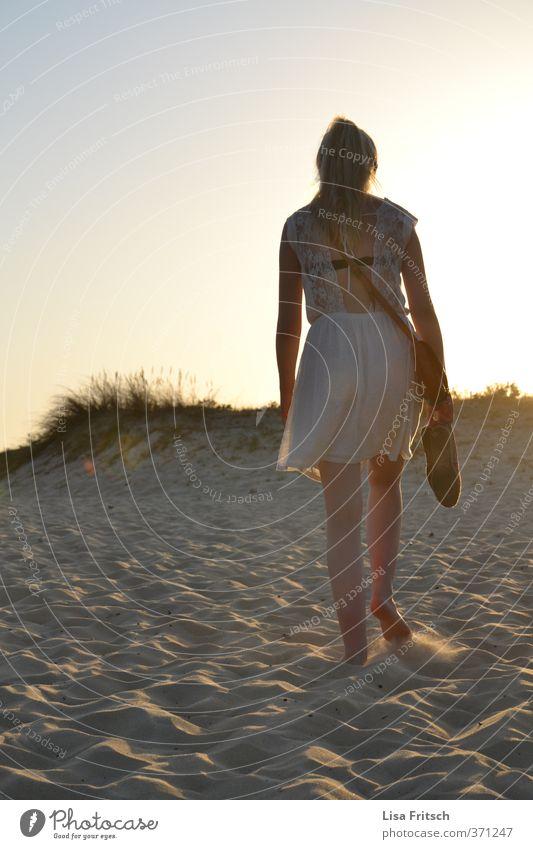 stille feminin Junge Frau Jugendliche 1 Mensch 18-30 Jahre Erwachsene Natur Sand Wolkenloser Himmel Sonnenaufgang Sonnenuntergang Sommer Schönes Wetter Strand