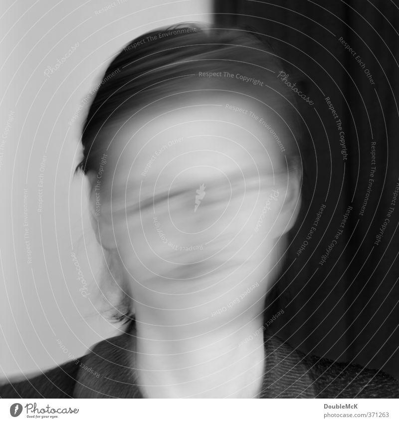 Verwirrt? Verwischt? - Man weiß es einfach nicht! Mensch Frau weiß schwarz Erwachsene feminin Bewegung grau Kopf verrückt chaotisch bizarr Dynamik Irritation Surrealismus Bewusstseinsstörung