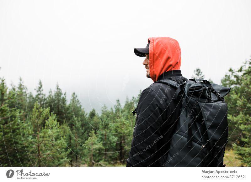 Junger männlicher Naturforscher in den Bergen Aktivität Abenteuer Rücken Hintergrund Rucksack Backpacker Rucksacktourismus Tasche schön lässig Herausforderung