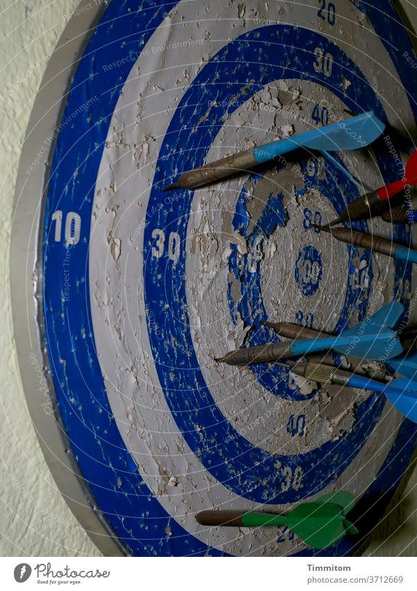 knapp daneben (update) | auch nach jahrelanger Übung Darts Dartscheibe Wand alt kaputt Gebrauchsspuren Pfeil Spielen Ziel Freizeit & Hobby Zahlen blau weiß