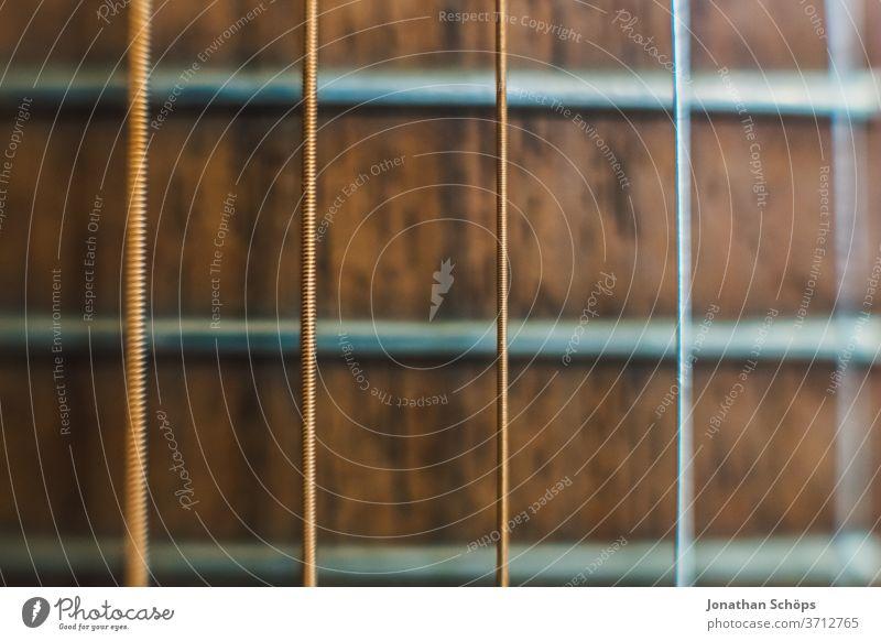 Makro Gitarrensaiten einer Gitarre Detail Innenaufnahme Instrument lernen Instrument spielen Musik Musikinstrument Musikunterricht Nahaufnahme Saite