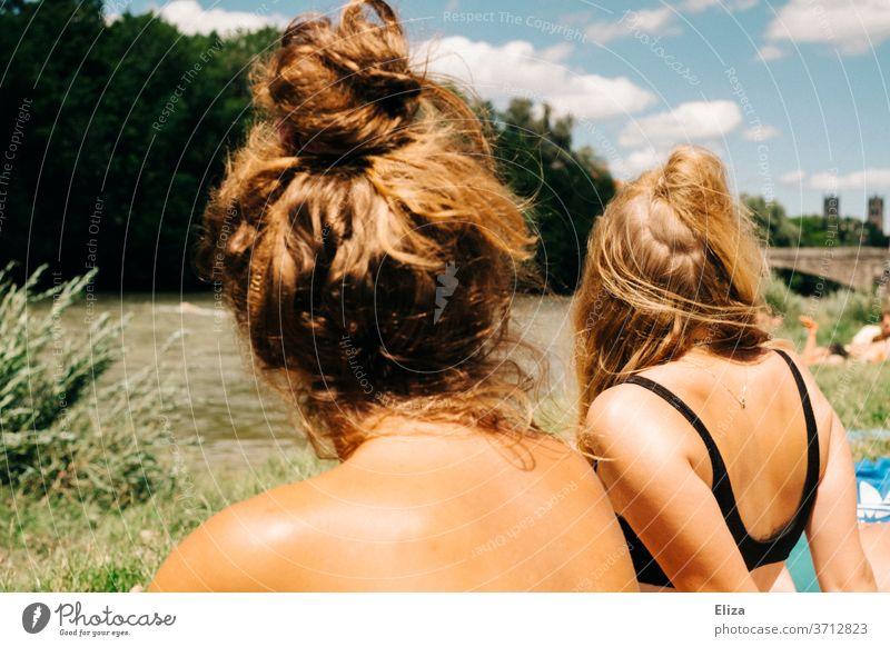 Zwei junge Frauen in Badekleidung beim Sonnenbaden an einem Fluss im Sommer. Sommerstimmung Baden Bikini blond Mädchen Schwimmen & Baden Erholung Freizeit