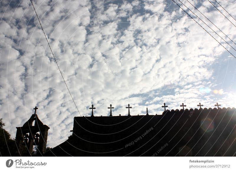 Friedhof-Kreuze als Silhouette gegen Wolken-Himmel friedhofsmauer Trauer Tod Grabstein Religion & Glaube Vergänglichkeit Beerdigung Grabmal alt