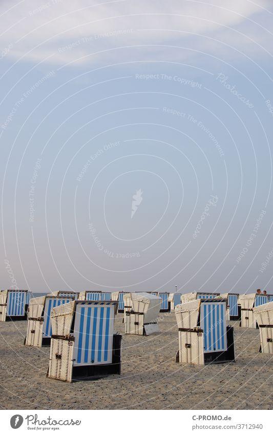 Strandkörbe machen Feierabend Himmel Wolkenloser Himmel Strandkorb Abendsonne weiß blau