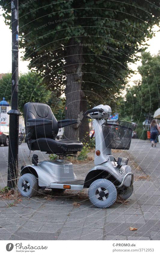 Senioren Elektromobil elektromobil Mobilität Scooter parken Alter Betagtheit barrierefrei Reha