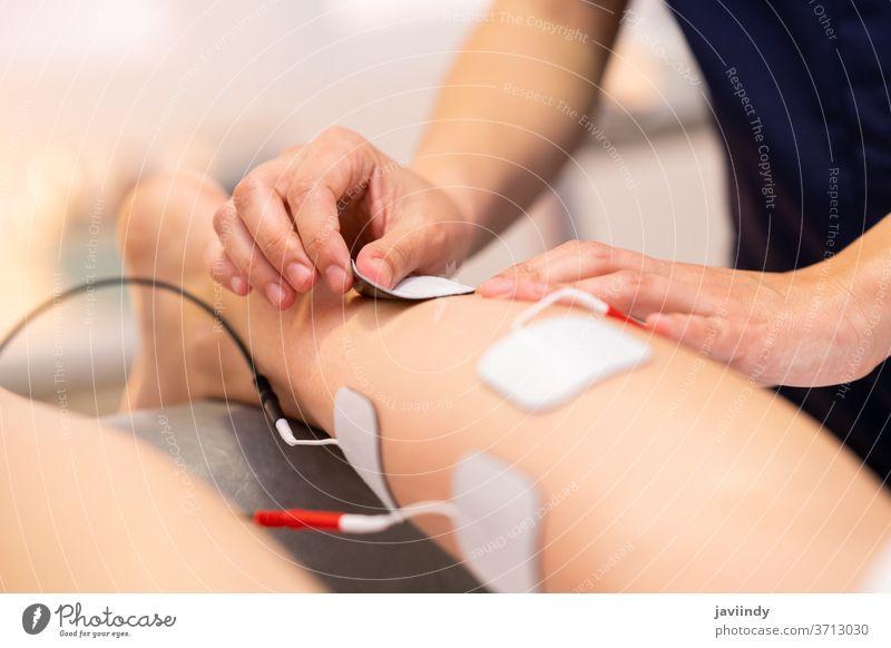 Elektrostimulation in der Physiotherapie für eine junge Frau Therapie Anregung medizinisch Rehabilitation Muskel Körper Menschen Schmerz Stimulator geduldig