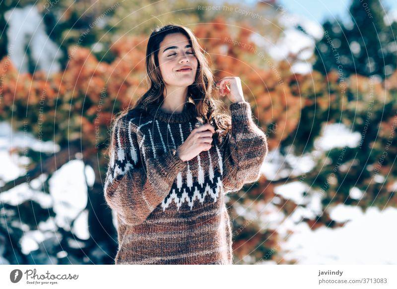 Junge Frau genießt die verschneiten Berge im Winter Kaukasier Schnee Berge u. Gebirge Pullover Natur aktiv Mode jung schön niedlich Schönheit Mädchen
