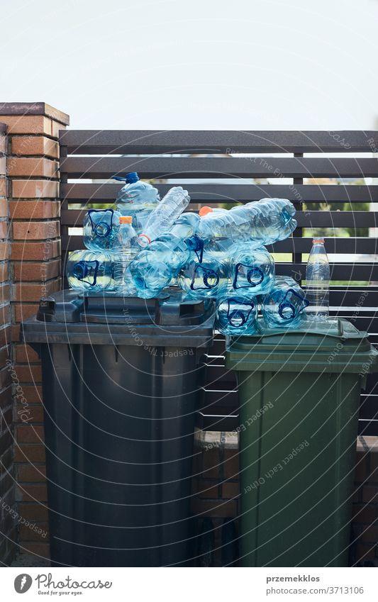 Entsorgungsbehälter mit leeren gebrauchten Plastik-Wasserflaschen auf der Oberseite. Sammeln von Kunststoffabfällen zum Recycling. Konzept der Kunststoffverschmutzung und zu vielen Kunststoffabfällen. Umweltproblematik