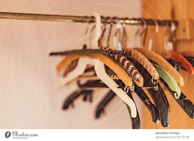 Kleiderhaken an einer Kleiderstange Haken Innenaufnahme Kleiderschrank Wohnung Zuhause aufhängen wohnen Menschenleer Kleiderbügel Ordnung Lifestyle Stil