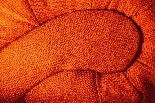Sofaende geschwungen dynamisch in rot Innenaufnahme Muster Schneckenform Schwung Sessel Sitzmöbel Stoff Textil Wohnung Zuhause organisch rund warm wohnen