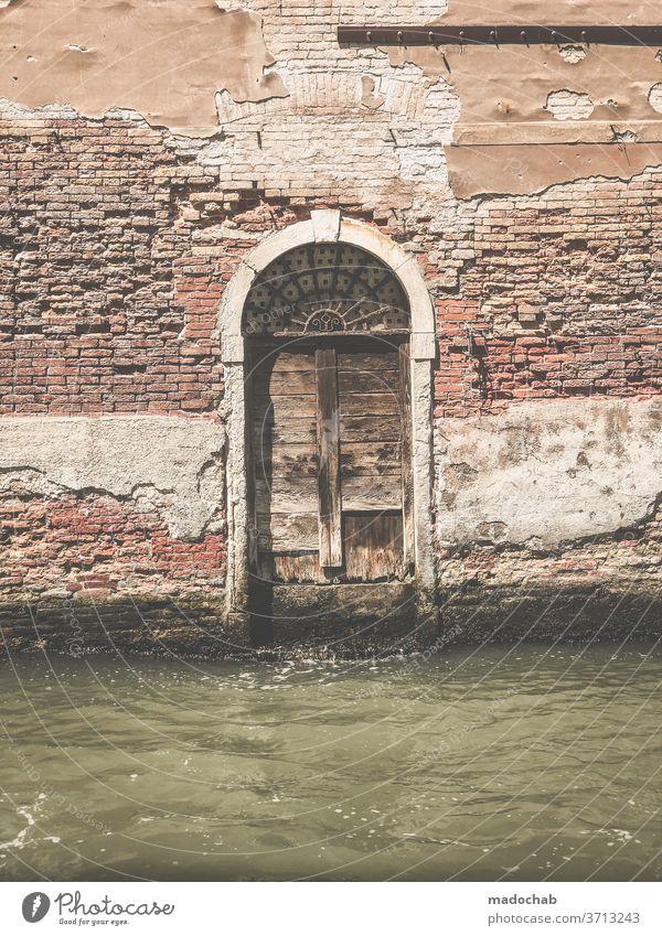Übers Wasser gehen Tür Tor Fassade Kanal Venedig Italien Verfall kaputt Zerstörung Menschenleer alt Gebäude Vergänglichkeit Ruine Vergangenheit Haus Wand