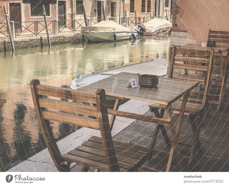 Tischlein deck dich Gastronomie Restaurant leer Venedig Straßencafé Café Stuhl Tourismus Sitzgelegenheit Menschenleer Außenaufnahme Terrasse Farbfoto Klappstuhl